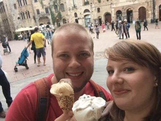 dos personas comiendo el mejor helado de madrid
